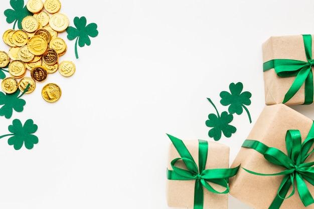 Cadre de vue de dessus avec trèfle, pièces de monnaie et cadeaux