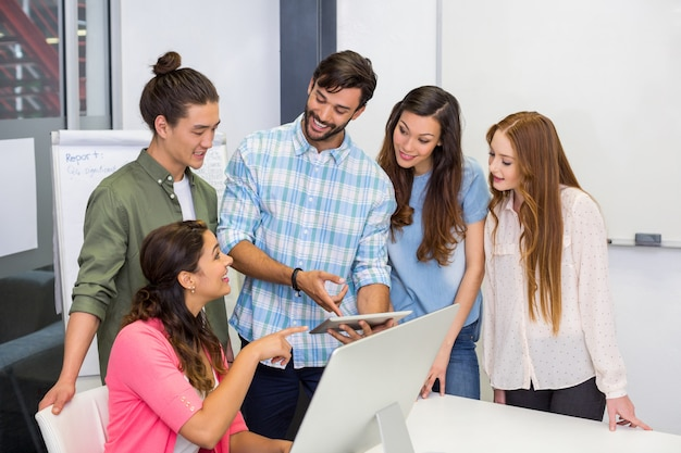 Cadres discutant sur tablette numérique dans la salle de conférence