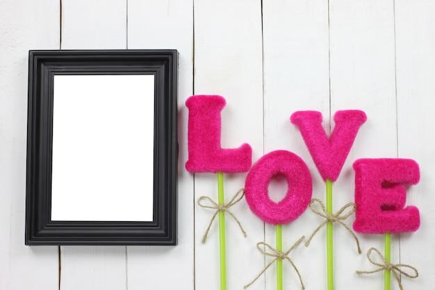 Cadres et lettres d'amour sur le plancher en bois.
