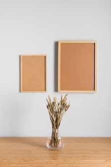 Cadres photo de différentes tailles sur le mur