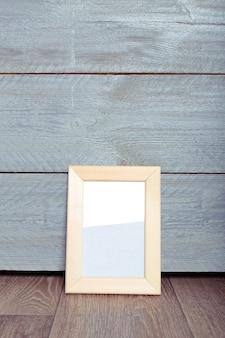 Cadres photo sur le mur en bois