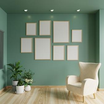 Cadres photo sur le mur végétal du salon avec un fauteuil et des plantes au sol