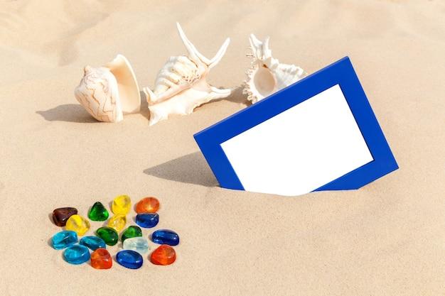 Cadres photo sur le sable avec des souvenirs de coquillages de voyage sur la mer