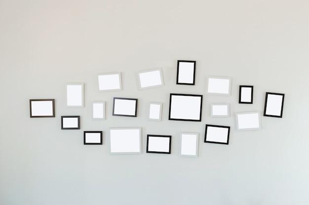 Cadres suspendus sur un mur blanc