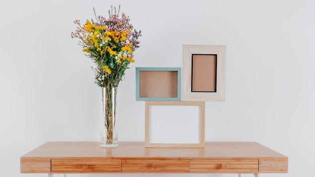 Cadres vides sur la table près des fleurs