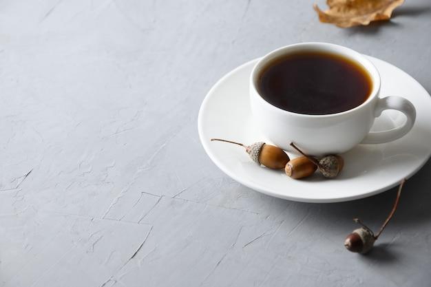 Café acorn avec noix de chêne sur table grise