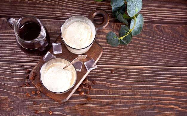 Café affogato avec crème glacée dans des verres sur la table en bois. vue de dessus
