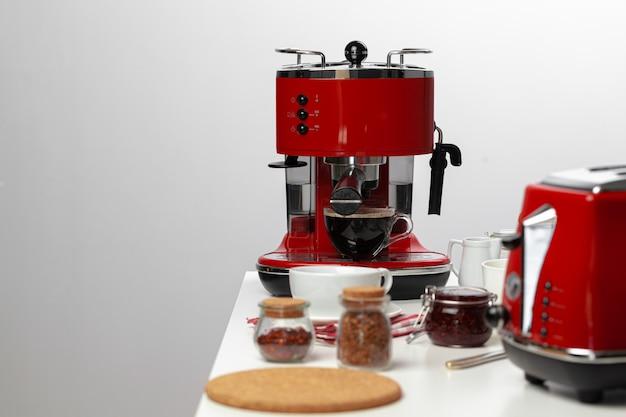 Café americano versant de la machine à café à domicile