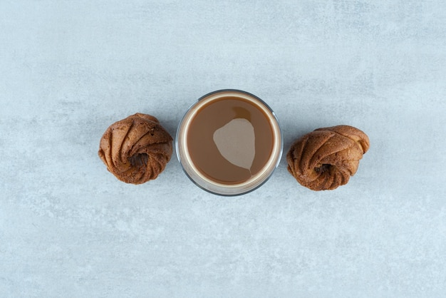 Café aromatique avec des biscuits sucrés sur blanc