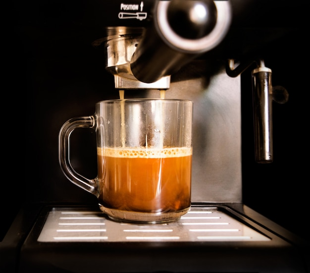 Café aromatique dans la tasse fait des machines à café