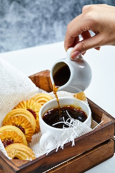 Café et assiette de biscuits.