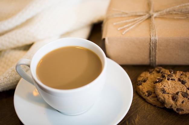 Café au lait et boîte-cadeau