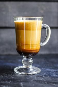 Café au lait cappuccino dalgona en verre transparent boisson sucrée