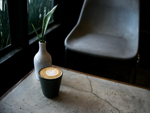 Café au lait chaud dans un café