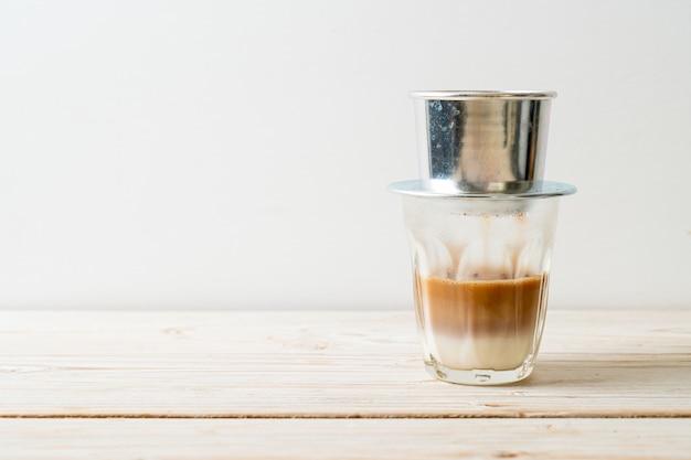 Café au lait chaud dégoulinant dans le style vietnamien - saïgon ou café vietnamien