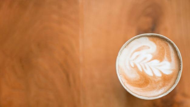Café au lait chaud avec un magnifique art au lait en mousse de lait