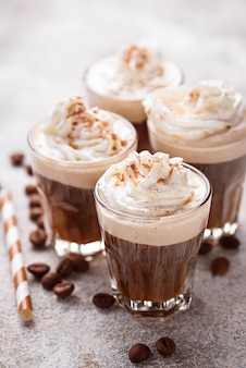 Café au lait avec crème fouettée
