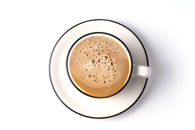 Café au lait dans une tasse isolée