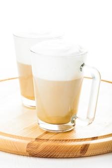 Café au lait dans des tasses en verre sur le plateau