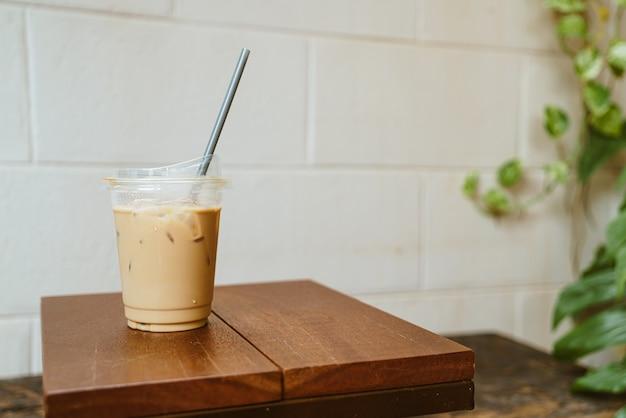 Café au lait à emporter verre bois sur table