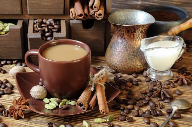 Café au lait et épices sur une table en bois