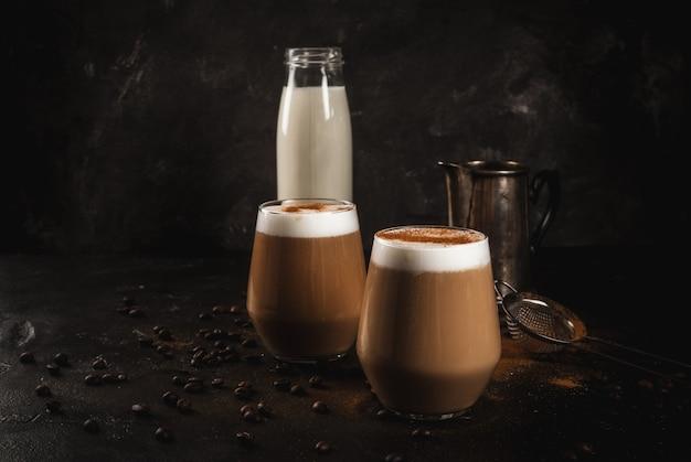 Café au lait froid avec du lait, de la glace et de la cannelle