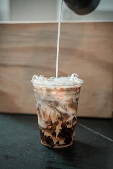 Café au lait glacé dans un verre en plastique