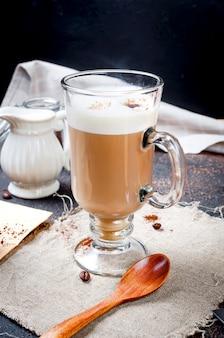 Café au lait avec de la mousse