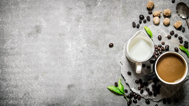 Café au lait sur un support en pierre. sur un fond de pierre.