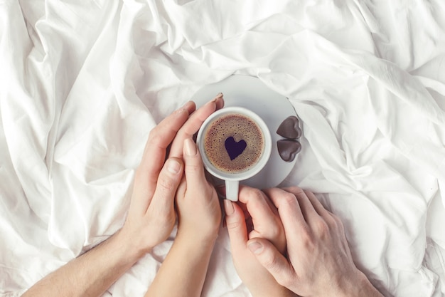 Café au lit. mise au point sélective. boisson d'amour.