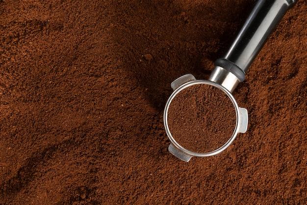 Café automatique de la machine avec du café moulu