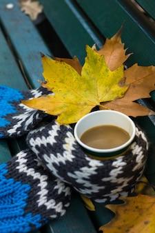 Café automnal dans le parc