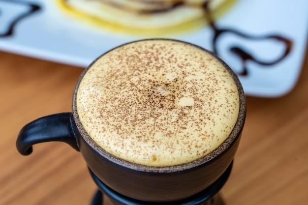 Café aux œufs vietnamien traditionnel à base de jaune d'œuf cru et de lait concentré, gros plan
