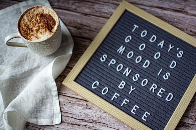 Café et babillard sur un fond en bois