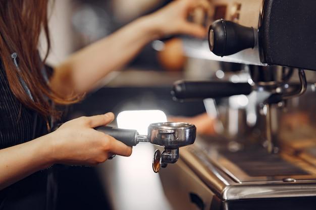 Café barista faisant concept de service de préparation de café