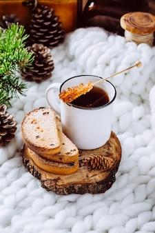 Café et biscuits sur une couverture blanche.