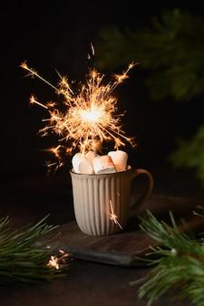 Café ou cacao de noël avec guimauve et cierges magiques.