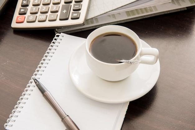 Café et la calculatrice et stylo