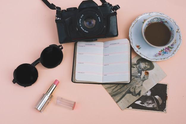 Café et caméra près de beaux accessoires