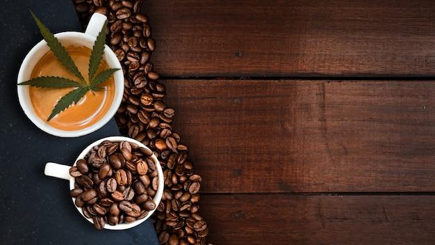 Café de cannabis avec des grains de café sur la table sur la table