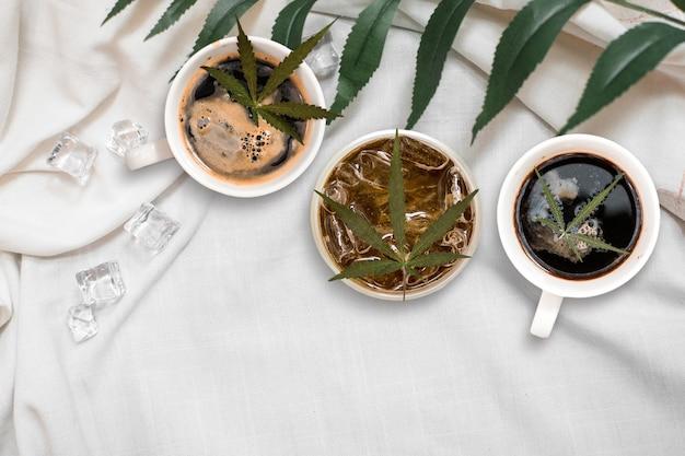 Café de cannabis mis sur un tissu en lin. vue de dessus