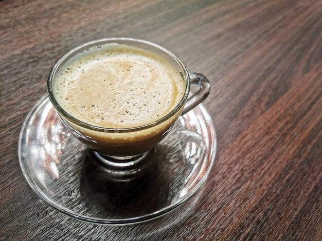 Café cappuccino chaud sur une table en bois