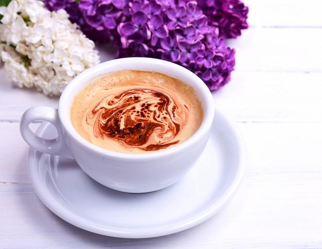Café cappuccino dans une tasse blanche