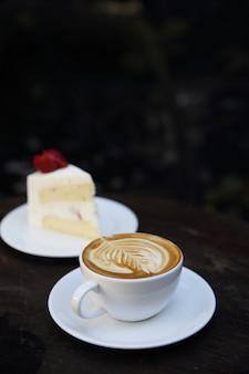 Café cappuccino avec gâteau sur bois