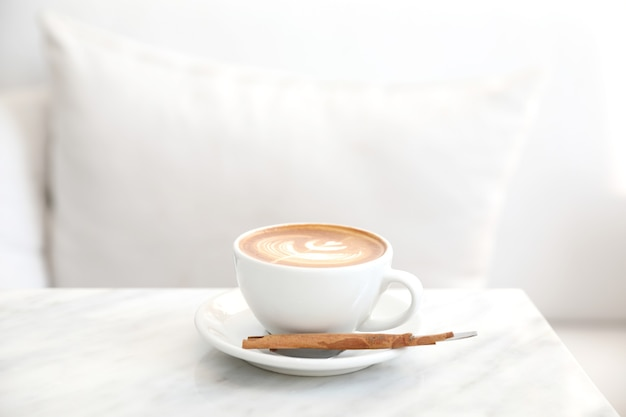 Café cappuccino ou latte art à base de lait sur la table blanche dans un café