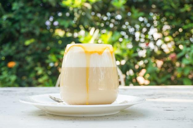 Café caramel en verre sur la table