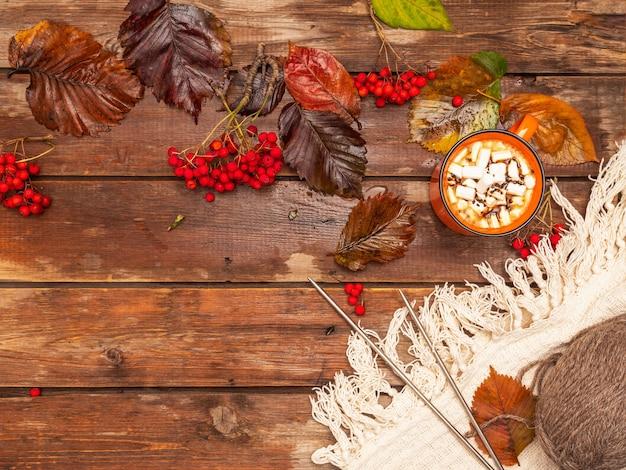 Café carte sur le thème de l'automne avec des guimauves et des feuilles colorées
