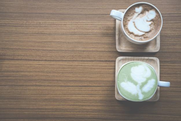 Café chaud au thé vert matcha et café cappuccino au moka dans une tasse blanche