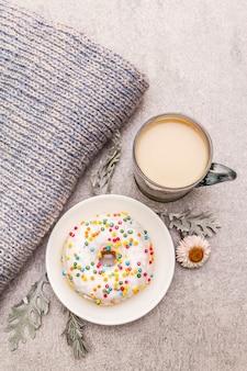 Café chaud avec un beignet