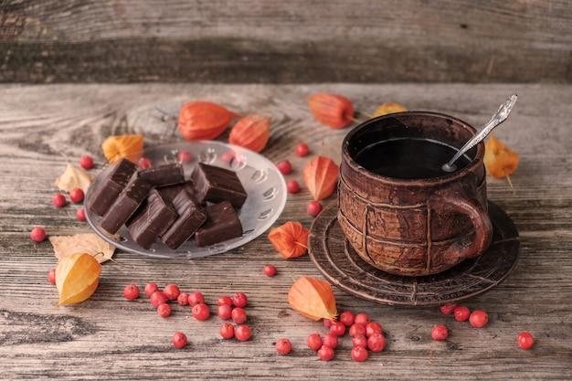 Café chaud dans une grande tasse vintage en céramique et chocolats